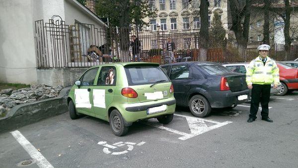 Brasovenii care au parcat pe locurile destinate persoanelor cu dizabilitati, amendati de politisti