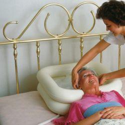 Procedura de spalare a parului in cazul unei persoane cu mobilitate redusa sau care se afla la pat