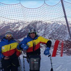 Premii pentru doi sportivi cu handicap obtinute in cadrul competitiei Cupa Strindberg la schi